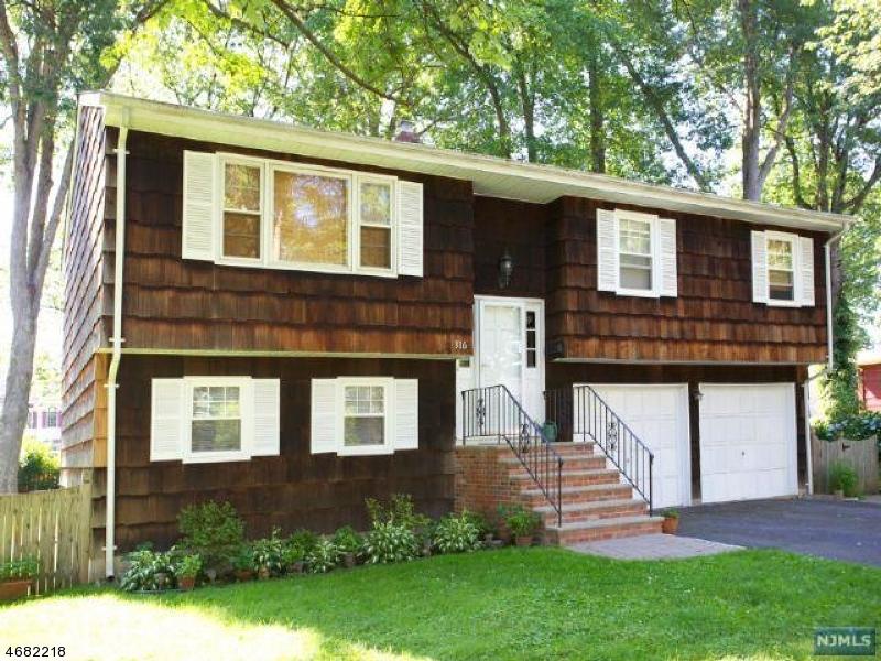 Maison unifamiliale pour l Vente à Address Not Available Northvale, New Jersey 07647 États-Unis