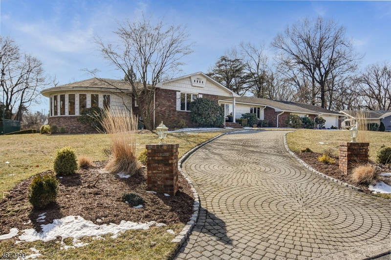 Maison unifamiliale pour l Vente à 23 HILLCREST Drive Little Falls, New Jersey 07424 États-Unis