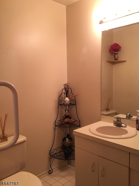 Additional photo for property listing at 2 Queensbridge Drive  East Hanover, New Jersey 07936 États-Unis