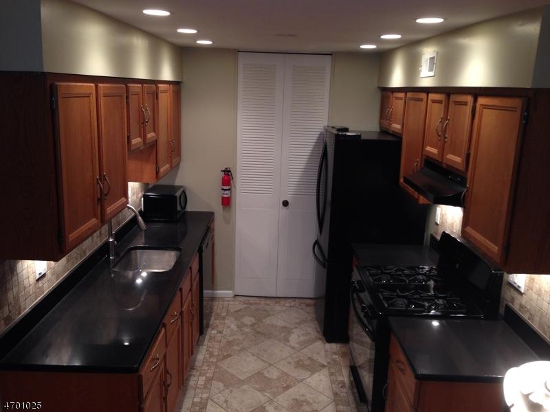 Частный односемейный дом для того Аренда на 45 John St, APT 2B Bloomfield, Нью-Джерси 07003 Соединенные Штаты