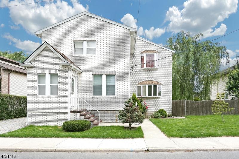 Maison unifamiliale pour l Vente à 54 Paroubek Street Little Ferry, New Jersey 07643 États-Unis
