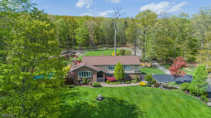 Частный односемейный дом для того Продажа на 70 Rabbit Run West Milford, Нью-Джерси 07435 Соединенные Штаты