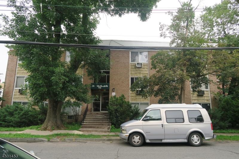 Condo / Townhouse pour l Vente à 740 VOSE Avenue Orange, New Jersey 07050 États-Unis