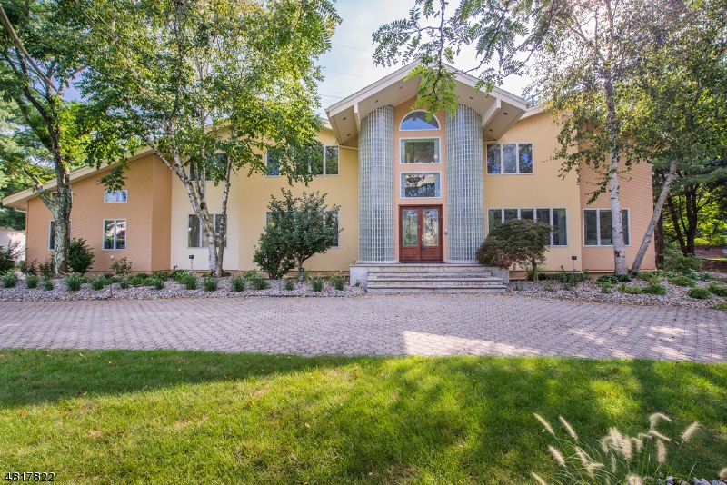 Частный односемейный дом для того Аренда на 4 DARTMOUTH Court Livingston, Нью-Джерси 07039 Соединенные Штаты