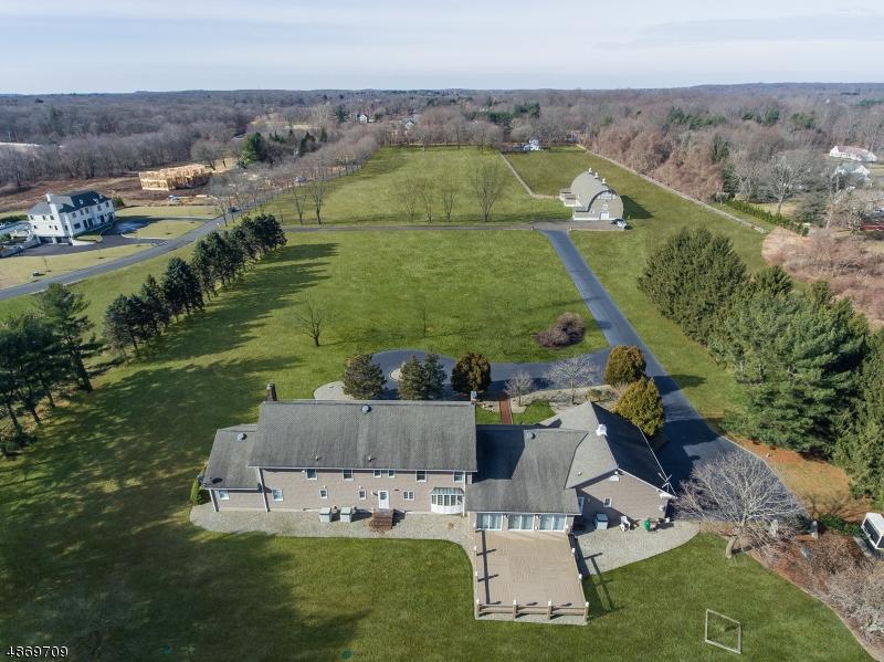 Частный односемейный дом для того Продажа на 14 PRINCETON Lane Colts Neck, Нью-Джерси 07722 Соединенные Штаты
