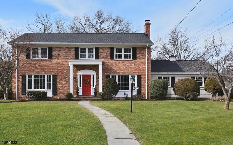 Частный односемейный дом для того Продажа на 2239 Edgewood Ter Scotch Plains, 07076 Соединенные Штаты
