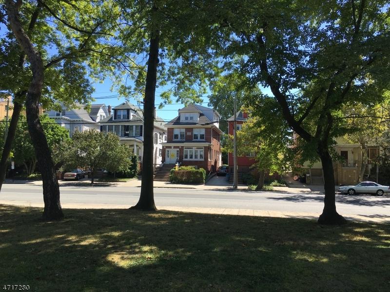 Maison unifamiliale pour l Vente à 1022 Kennedy Boulevard Bayonne, New Jersey 07002 États-Unis