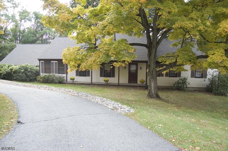 Maison unifamiliale pour l Vente à 6 Oak Street Chester, New Jersey 07930 États-Unis