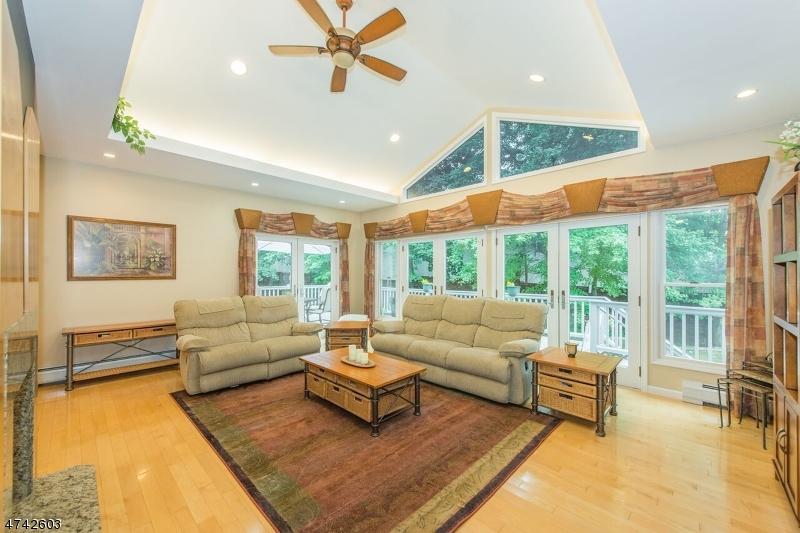 Maison unifamiliale pour l Vente à 688 Seagull Drive Paramus, New Jersey 07652 États-Unis