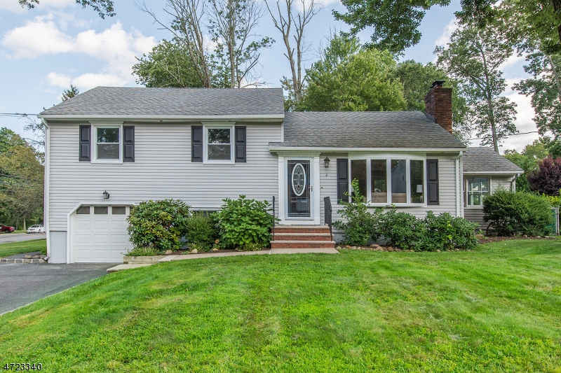 Maison unifamiliale pour l Vente à 2 Apple Tree Lane Morris Plains, New Jersey 07950 États-Unis