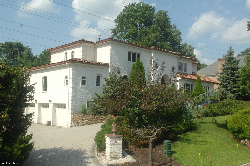 Single Family Homes للـ Sale في 4 TIMBER ROCK Court Cedar Grove, New Jersey 07009 United States