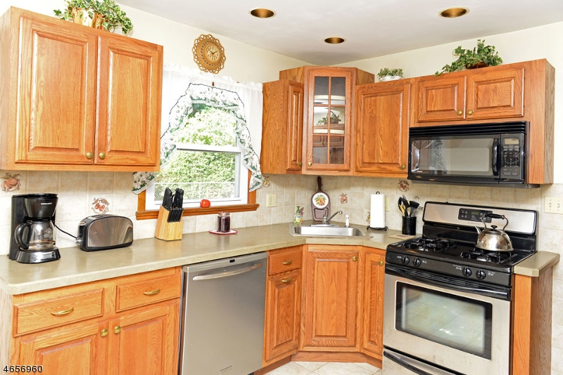 Additional photo for property listing at 18 Warren Street  Bloomingdale, Нью-Джерси 07403 Соединенные Штаты