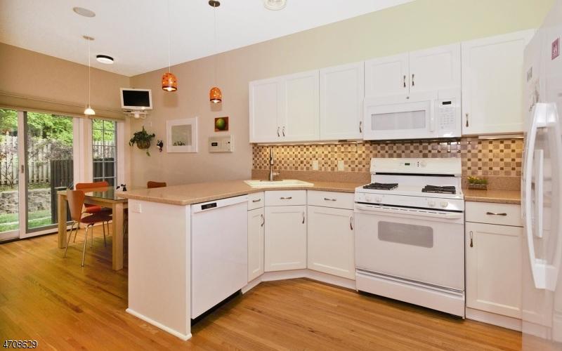 Частный односемейный дом для того Продажа на 18 VARICK WAY Roseland, Нью-Джерси 07068 Соединенные Штаты