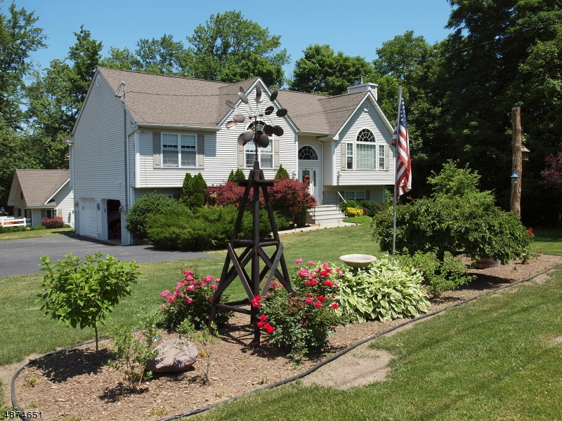 Maison unifamiliale pour l Vente à 9 CAHILL CROSS Road West Milford, New Jersey 07480 États-Unis