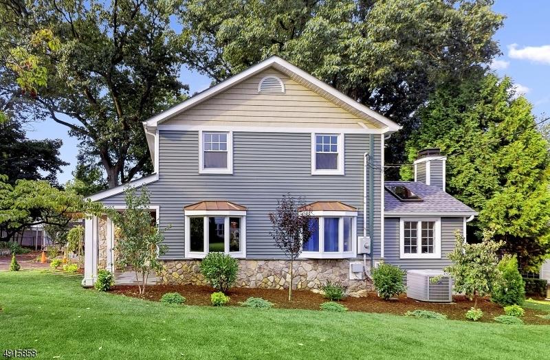 Single Family Homes pour l Vente à River Edge, New Jersey 07661 États-Unis