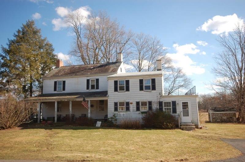 Maison unifamiliale pour l Vente à 21 County Road 635 Hampton, New Jersey 08827 États-Unis