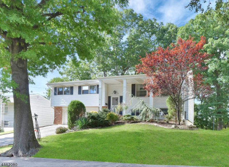 Casa Unifamiliar por un Venta en 52 Colonial Woods Drive West Orange, Nueva Jersey 07052 Estados Unidos