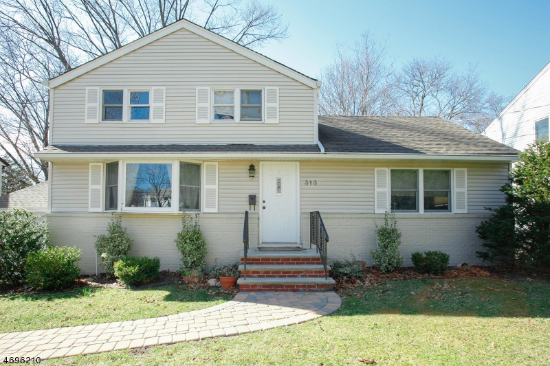 Single Family Home for Sale at 313 Lockwood Drive Paramus, New Jersey 07652 United States