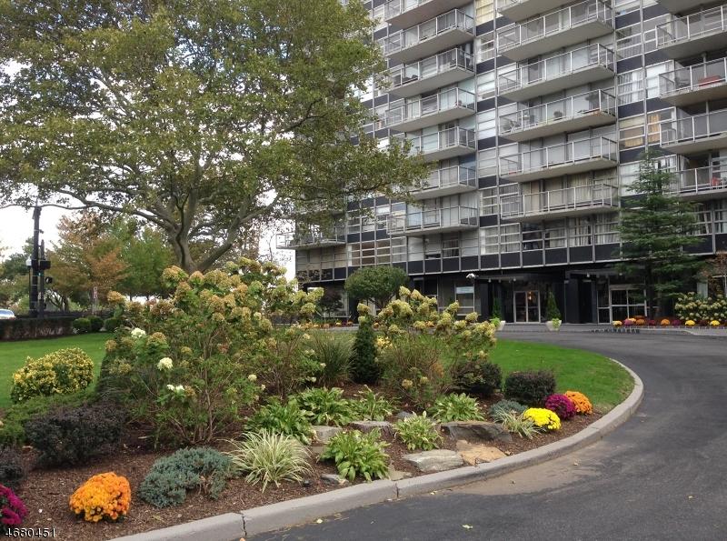 独户住宅 为 销售 在 6050 Boulevard East 西纽约, 新泽西州 07093 美国