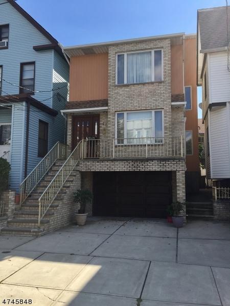 Nhà ở nhiều gia đình vì Bán tại 46 E 33rd Street Bayonne, New Jersey 07002 Hoa Kỳ