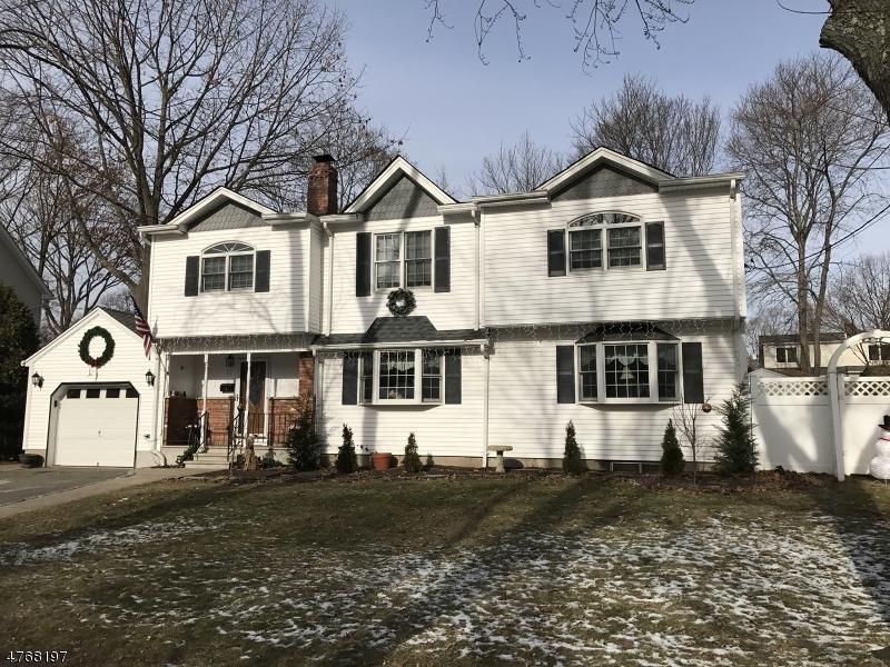 Maison unifamiliale pour l Vente à 17 Cathy Lane Waldwick, New Jersey 07463 États-Unis