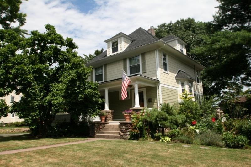 Casa Unifamiliar por un Alquiler en 111 Essex Avenue Bloomfield, Nueva Jersey 07003 Estados Unidos