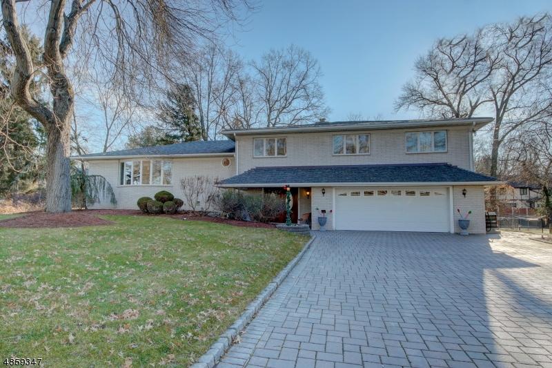 Maison unifamiliale pour l Vente à 8 PINEWOOD TER Fairfield, New Jersey 07004 États-Unis