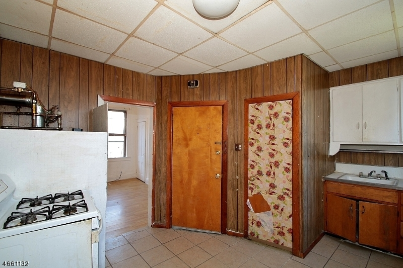 Additional photo for property listing at 81 Andrew Street  Bayonne, Nueva Jersey 07002 Estados Unidos