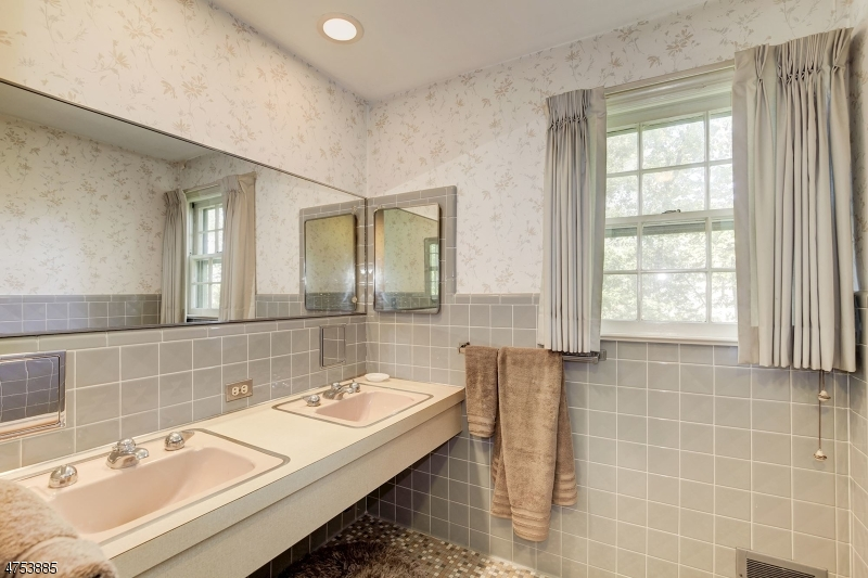 Additional photo for property listing at 5 Tannehill Lane 5 Tannehill Lane Parlin, New Jersey 08859 Hoa Kỳ