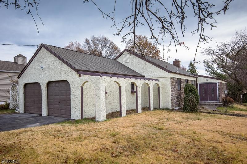 واحد منزل الأسرة للـ Sale في 1 Friar Lane 1 Friar Lane Clifton, New Jersey 07013 United States