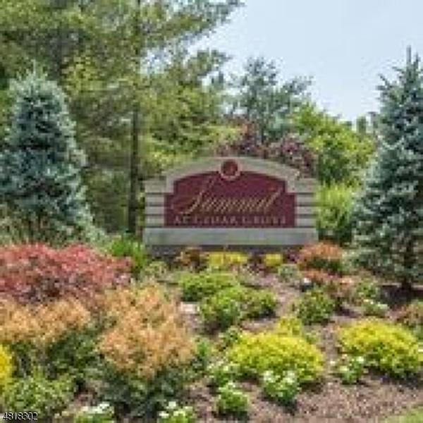 Chung cư / Căn hộ vì Bán tại 36 Chestnut Court Cedar Grove, New Jersey 07009 Hoa Kỳ