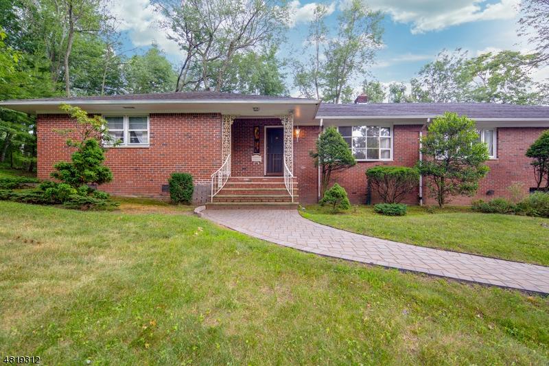 Nhà ở một gia đình vì Bán tại 24 CLOVER Court Cedar Grove, New Jersey 07009 Hoa Kỳ