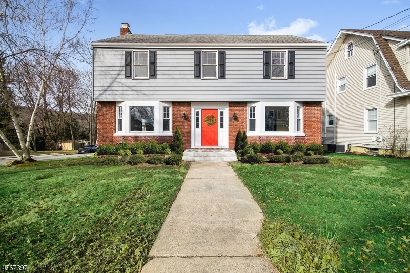 Maison unifamiliale pour l Vente à 310 GRAND Avenue Hackettstown, New Jersey 07840 États-Unis