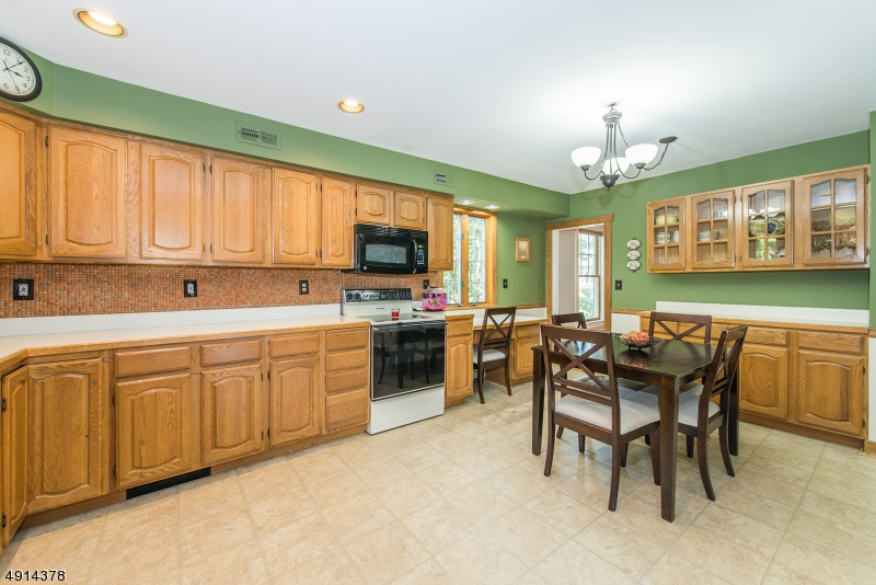 Loads of countertops, Tiled Back splash, great Lighting  Lots of room to spend time together.