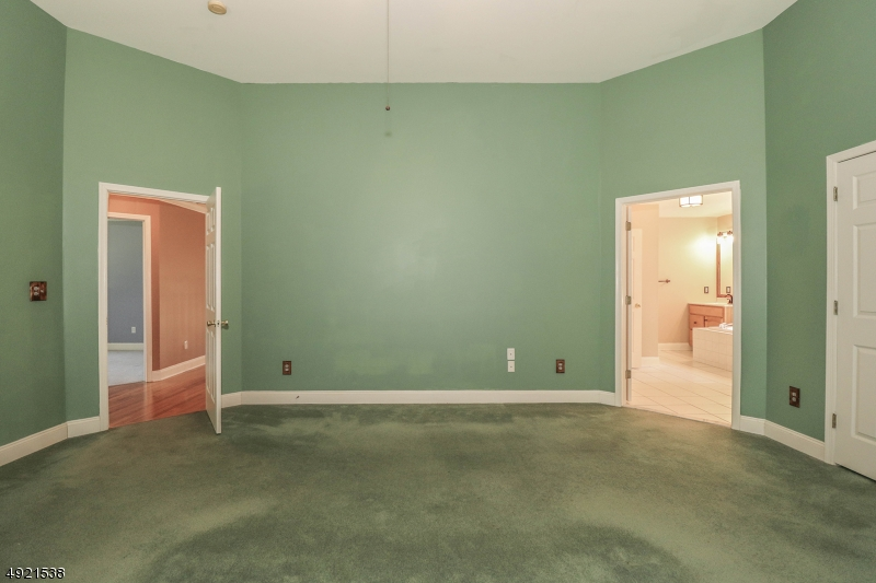 with en suite luxurious full bath and walk in closet