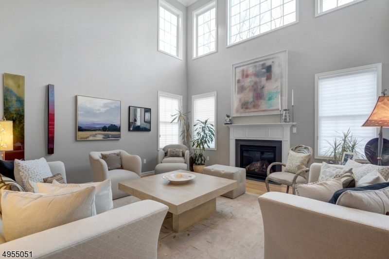 Great Entertaining space-Gas Fireplace and loads of sunlight