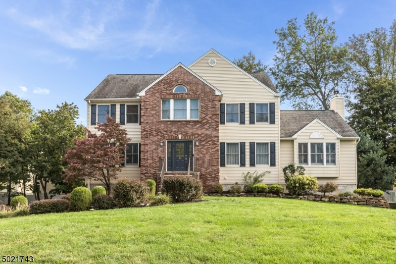 Gorgeous Colonial situated on a fantastic cul-de-sac sought after location! Enjoy everything Pompton Plains has to offer, including easy access to NYC Express Bus, Top-Rated Schools, Library, Playgrounds, Restaurants, Swimming/Park, Hiking Trails & more!