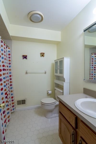 Full bath in hallway with tub/shower.