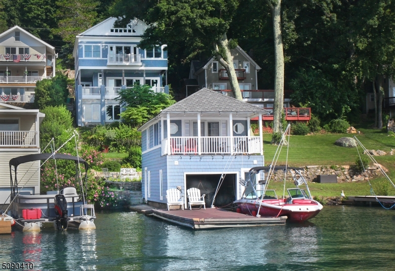Showing Boathouse with Apartment above!