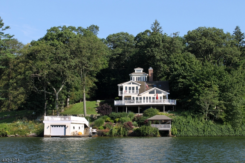 This lake front offers the rare combination of a main lake location, deep water and a very private setting.