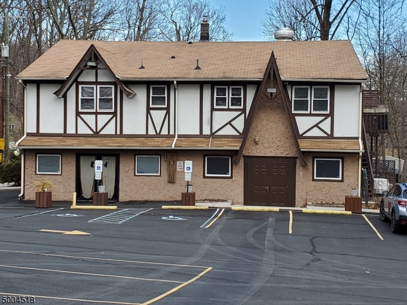 Photo of home for sale at 393 MAXIM DR, Hopatcong Boro NJ