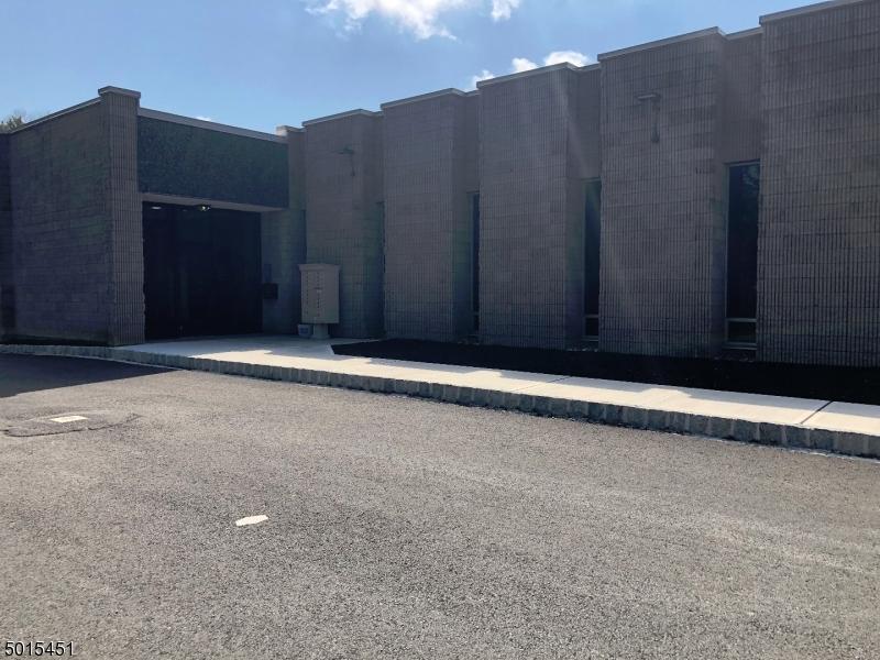Photo of home for sale at 10 Kingsbridge Rd, Fairfield Twp. NJ