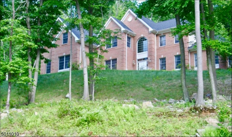 Photo of home for sale at 2 TOAD HILL RD, Tewksbury Twp. NJ