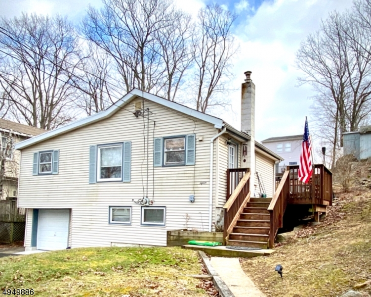 Photo of home for sale at 15 Larsen Trail, Hopatcong Boro NJ