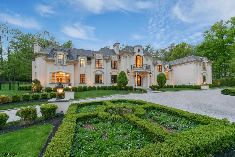 Photo of home for sale at 25 Burning Hollow Rd, Saddle River Boro NJ