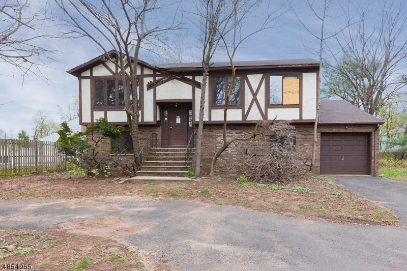 Photo of home for sale at 810 Lake Ave, Clark Twp. NJ