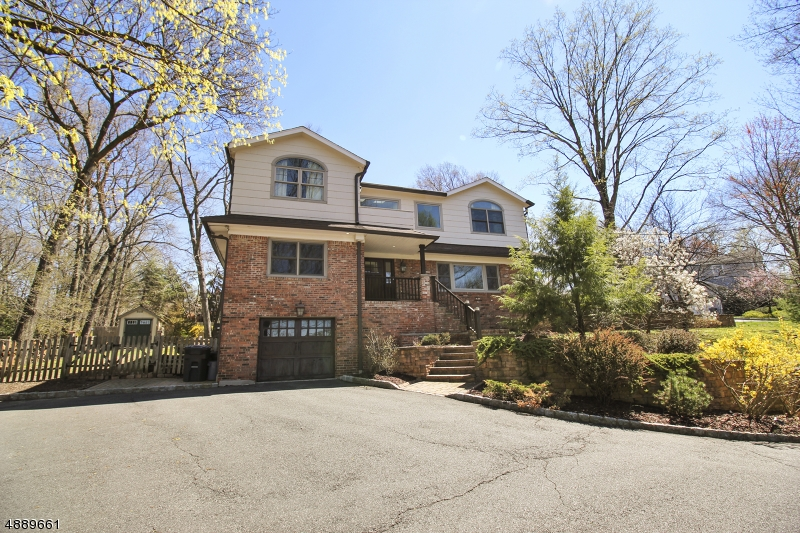 Photo of home for sale at 160 GRANDVIEW AVE, North Caldwell Boro NJ