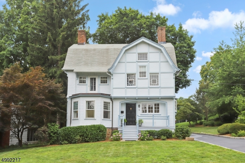 Photo of home for sale at 4 LAFAYETTE PL, Chatham Boro NJ