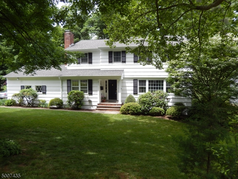 Photo of home for sale at 271 LORRAINE DR, Berkeley Heights Twp. NJ