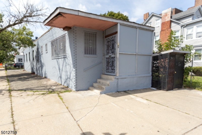 Photo of home for sale at 389 SANDFORD AVE, Newark City NJ